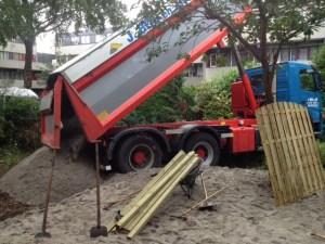 Tuin ophogen begint met het storten van zand