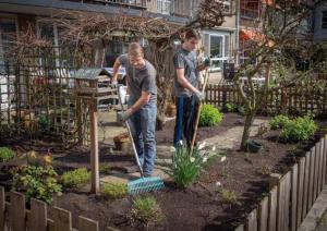 Schoffelstudenten aan het werk in de tuin
