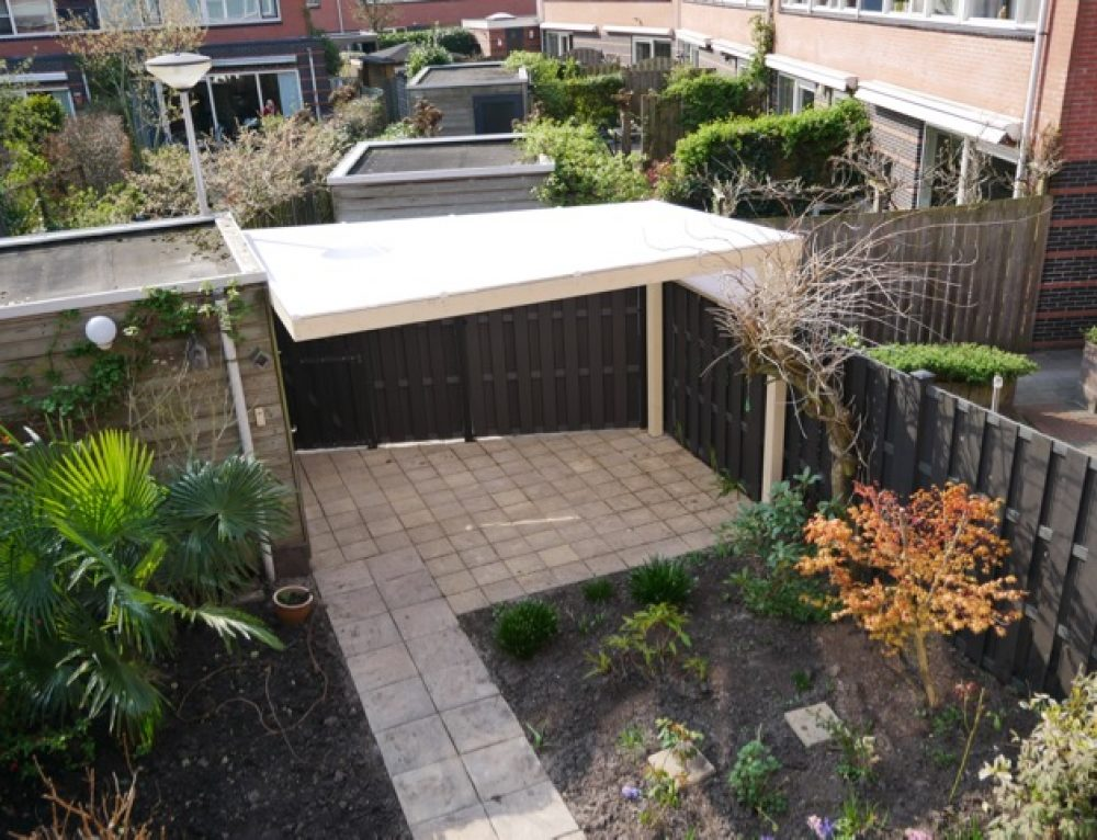 Tuinrenovatie met bestrating, schutting en overkapping
