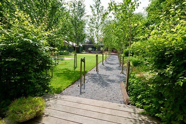 Tuin met vlonder, grind en bomen