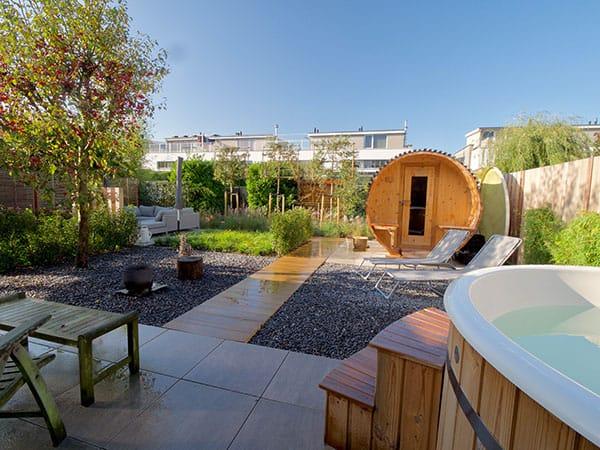 Wellness tuin met jacuzzi en sauna