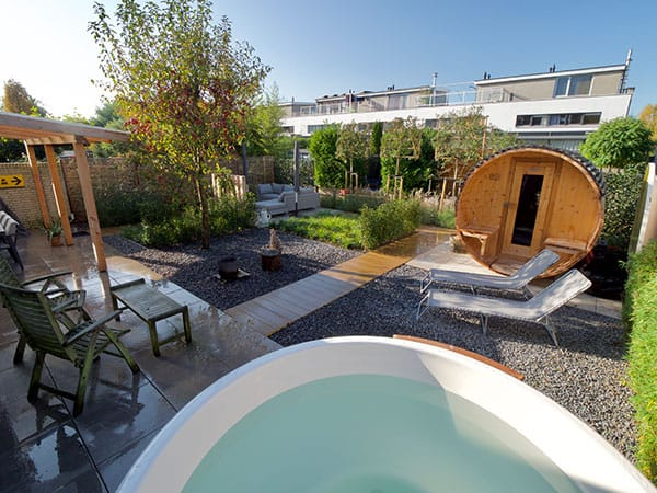 Jacuzzi en sauna in wellness tuin